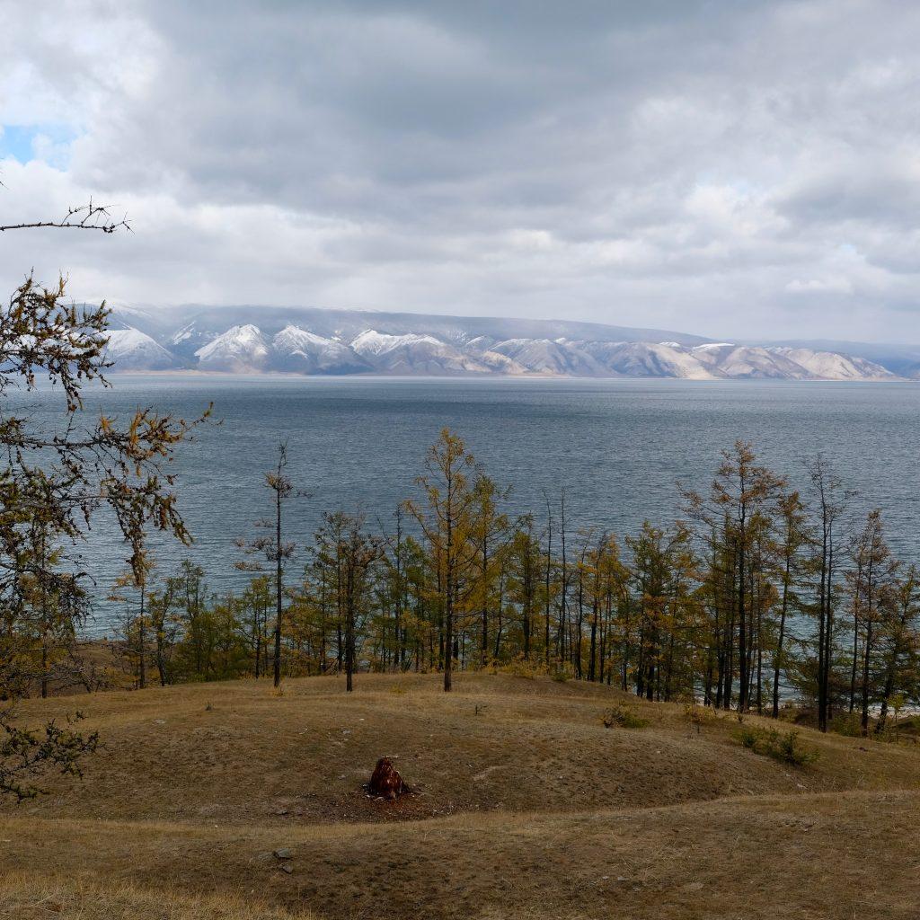 Île D'Olkhon Et Vue Sur La Rive Enneigée