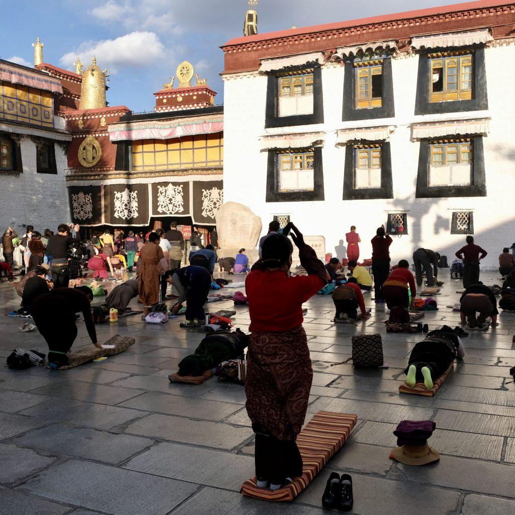 Prières En Face Du Jokhang Temple