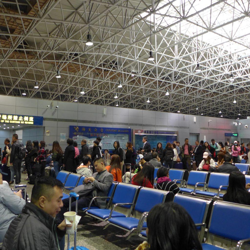 Gare De Guangzhou Est - Attente Pour Le Train De Hong Kong